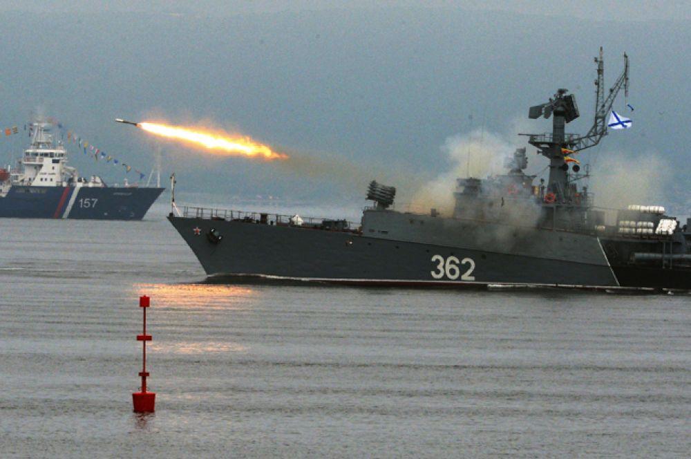 Малый противолодочный корабль (МПК) выполняет стрельбу реактивной бомбометной установкой (РБУ) на праздновании Дня Военно-Морского Флота во Владивостоке.