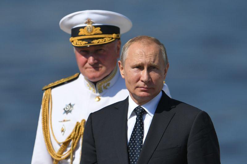 Президент РФ Владимир Путин на Главном военно-морском параде в Санкт-Петербурге. Слева: главнокомандующий ВМФ России адмирал Владимир Королев.
