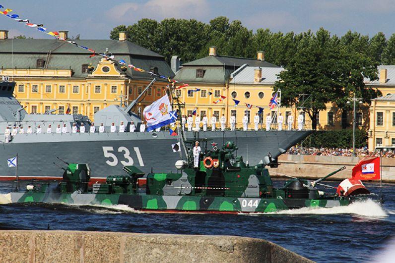 По Неве, на которой развели мосты, прошли десятки кораблей.
