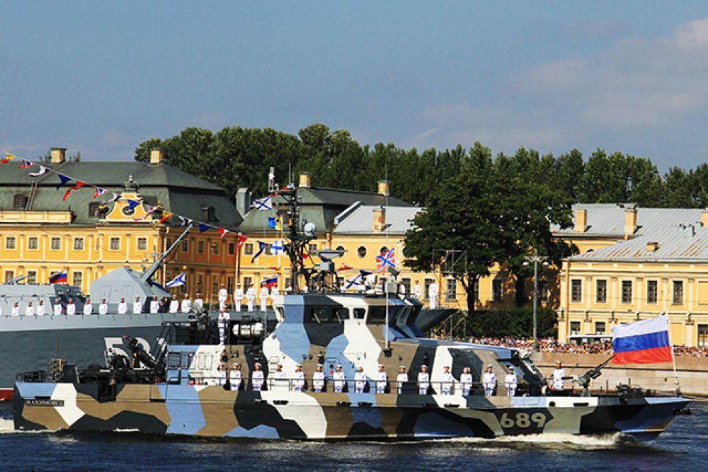 В торжественном смотре приняли участие более 40 боевых кораблей и катеров различных классов.