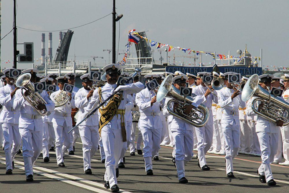 По набережной прошли военные оркестры.