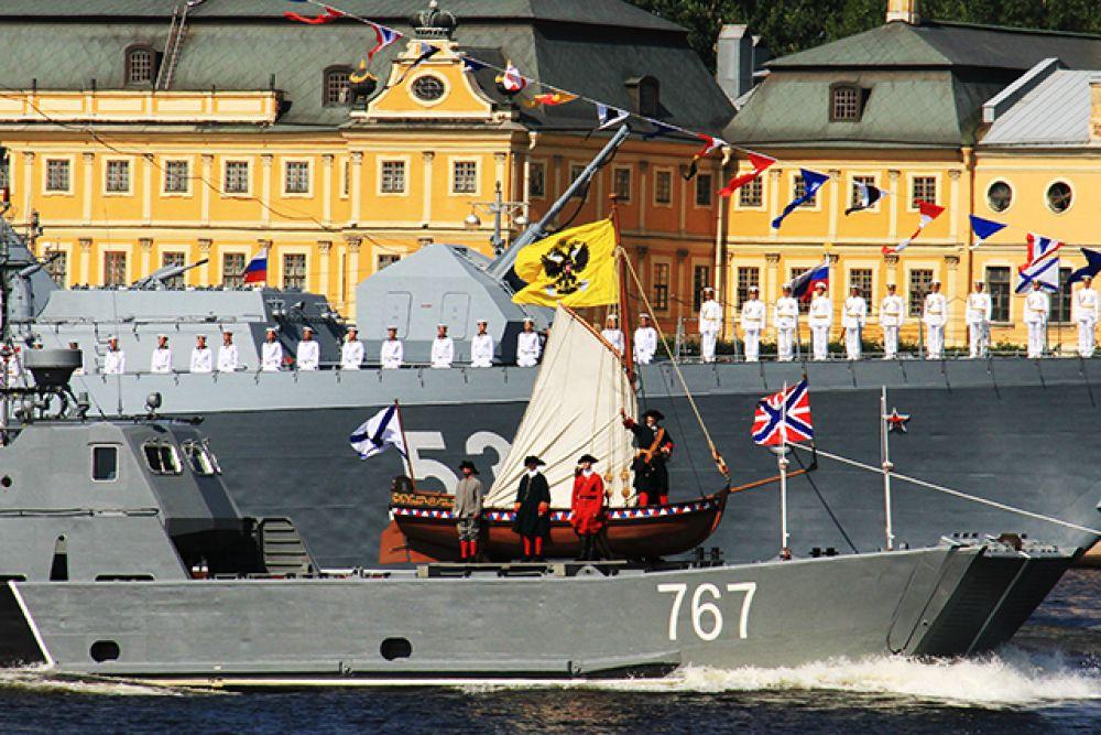 В этом году в смотре приняли участие более четырёх тысяч моряков Балтийского, Северного, Черноморского флотов и Каспийской флотилии.