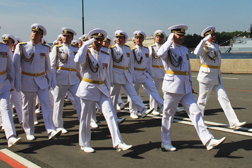 «К военным морякам у нашего народа особое отношение, потому что служба на море по плечу только храбрым и стойким людям, тем, кто знает цену отточенной выучке, жёсткой дисциплине, сплочённости и благородству», - сказал глава государства.