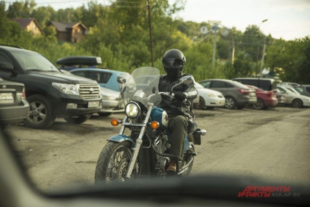 «Обская Волна»  проходит уже  много лет, и всегда собирает людей,  в чьих сердцах горит любовь к дороге и мотоциклам.