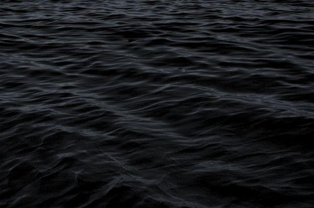 Лодку начало относить всё дальше от берега...