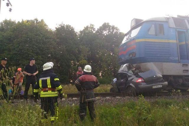 Под Киевом поезд врезался в авто и протащил его километр: погибли люди