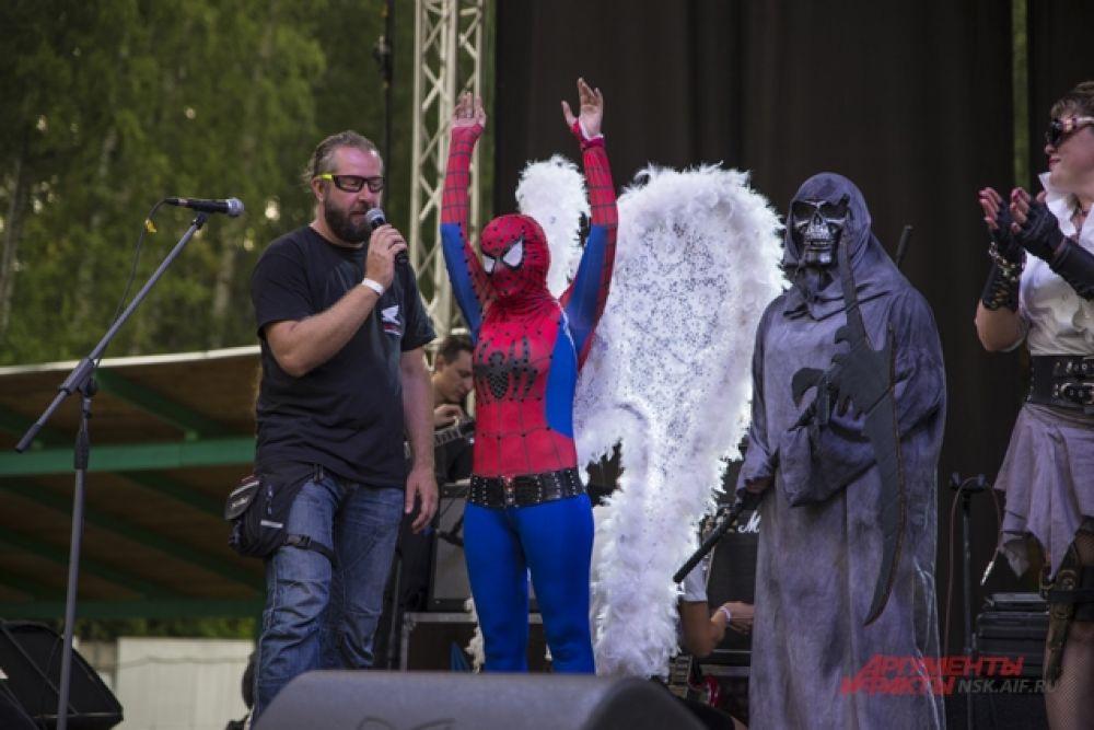 А кое-кто явно явно перепутал байк-фестиваль с карнавалом.