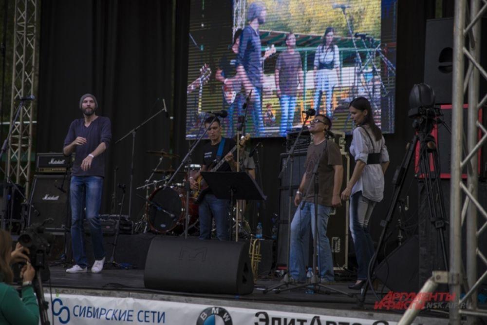 На сцене выступали десятки сибирских групп, в том числе «Коридор» «Иван-Кайф» и «Проверено».  А еще приехали гости из Украины и Белоруссии — трибьют-команда AC/DC и Trubetskoy.