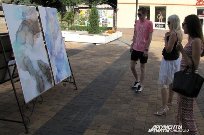 Работа Сергея Боженова «Привет, земляне!» сделана из крышки железной бочки.
