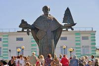 Памятник Святителю Николаю установлен на лестнице в районе дома № 20 по улице Воровского.