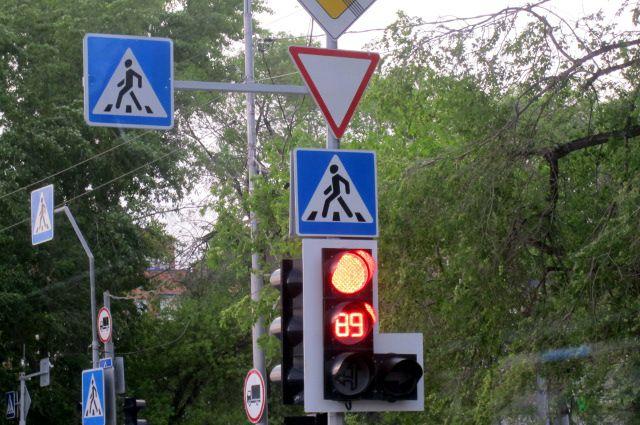 В Тюмени автомобиль сбил сотрудника ДПС на светофоре