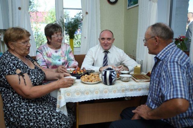 В посёлке Кварцитный Троицкого района губернатор побывал в гостях в одном из домов, подключённых к газоснабжению.