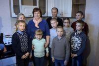 В Челябинской области многодетным семьям предоставляют разные возможности для улучшения жилищных условий. Так, семье Бадерко подарили 6-комнатную квартиру.