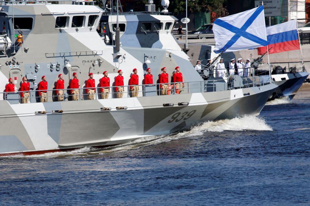 Моряки на борту корабля на главном военно-морском параде в Санкт-Петербурге.