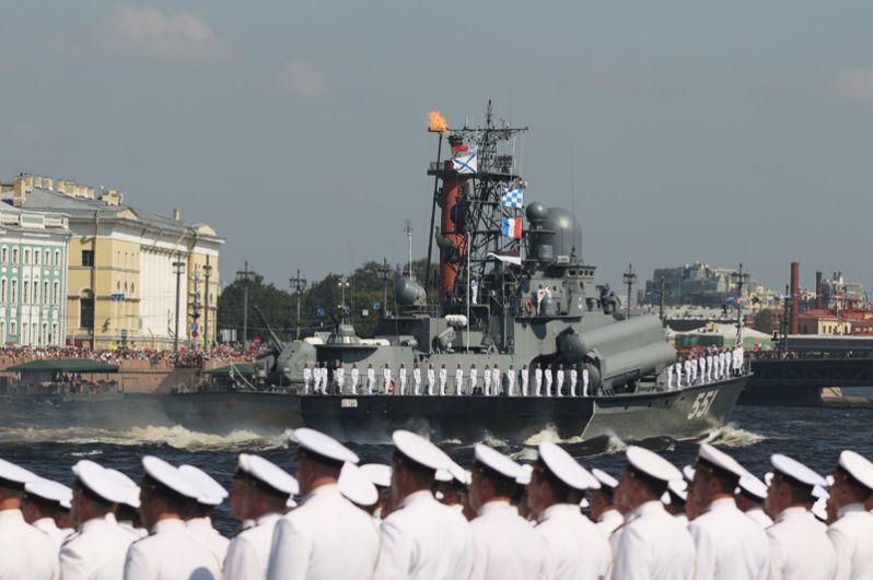Моряки на главном военно-морском параде в Санкт-Петербурге.