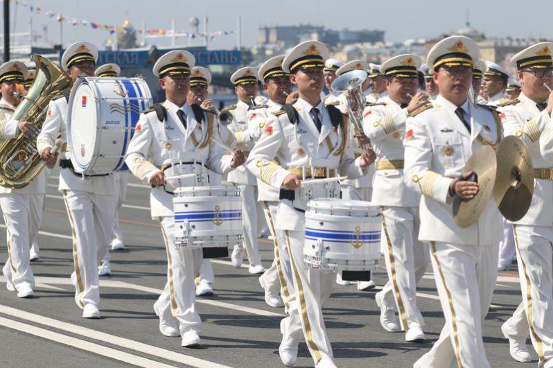 Военный оркестр на главном военно-морском параде в Санкт-Петербурге.