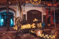 В Киеве пьяные иностранцы на машине снесли рекламный трактор