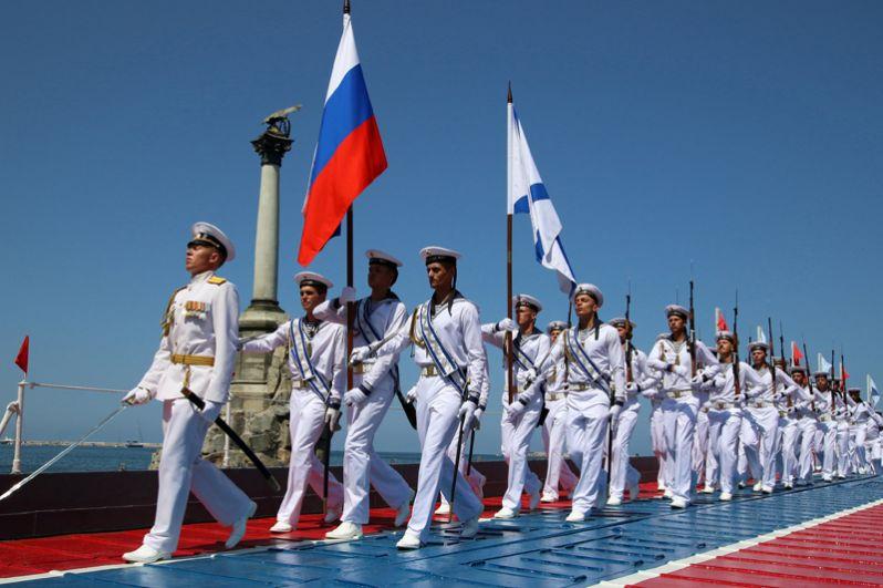 Моряки на военно-морском параде в Севастополе.