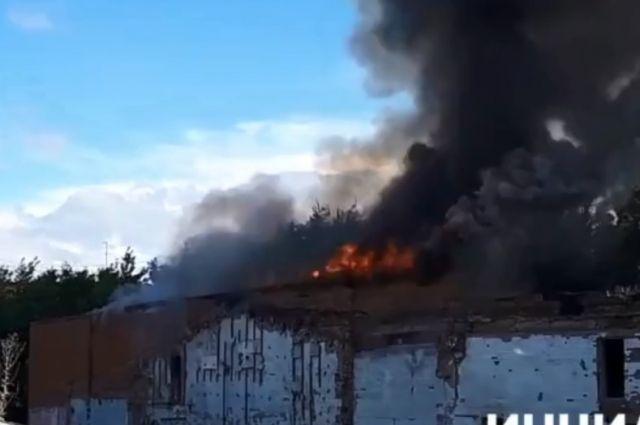 По сообщениям очевидцев, горит здание на территории бизнес-центра «Созвездие».