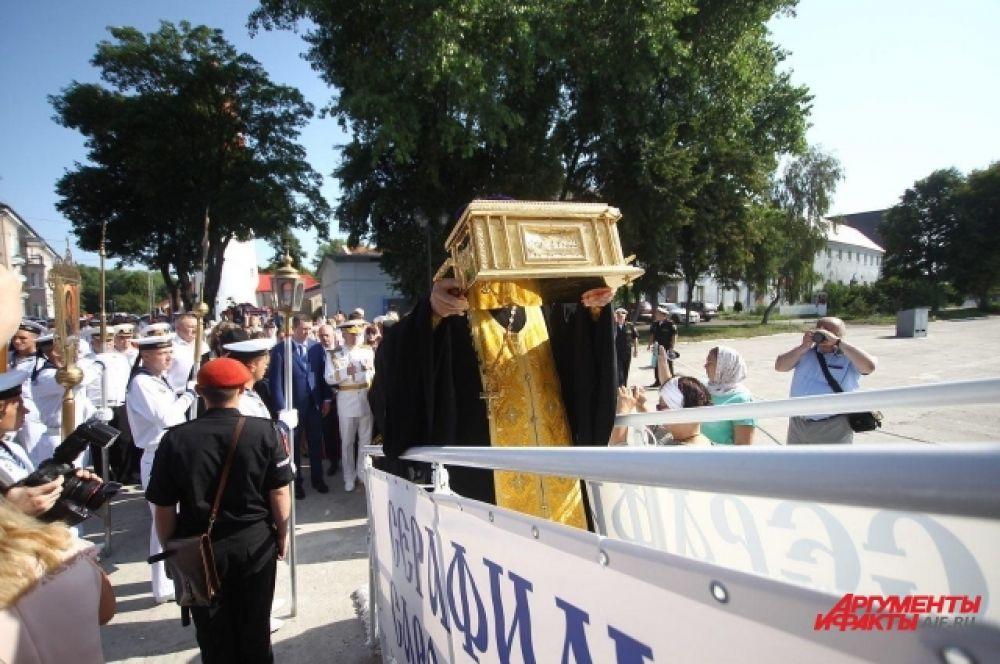 Сопровождающие раку со святыми мощами и святой образ вместе с командующим флотом зашли на катер «Серафим Соровский».