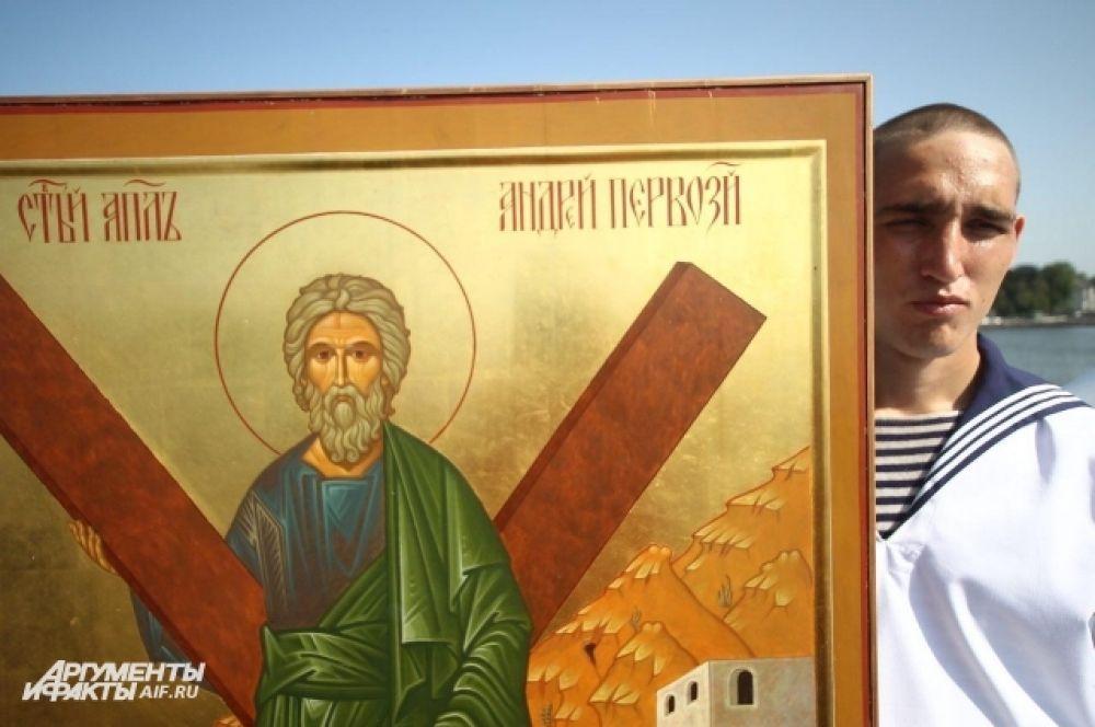 Апостол Андрей почитается как небесный покровитель военных моряков, а русские корабли с петровских времен ходят под Андреевским флагом.