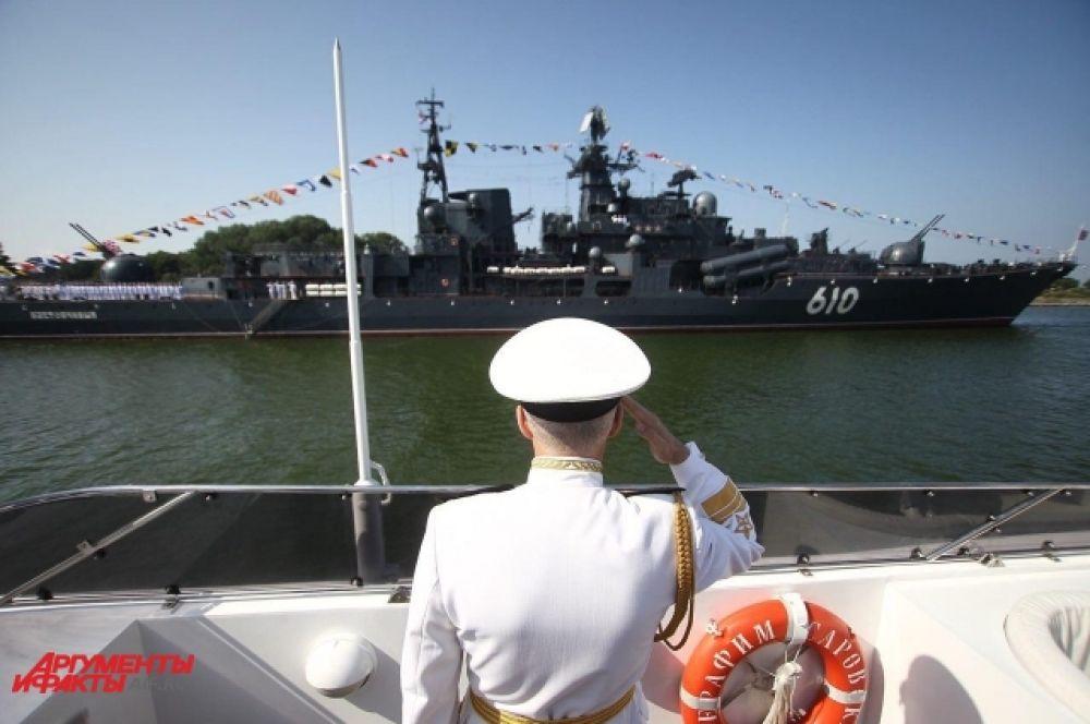 В праздновании дня ВМФ приняли участие свыше 40 боевых кораблей, судов обеспечения и быстроходных лодок Балтийского флота.