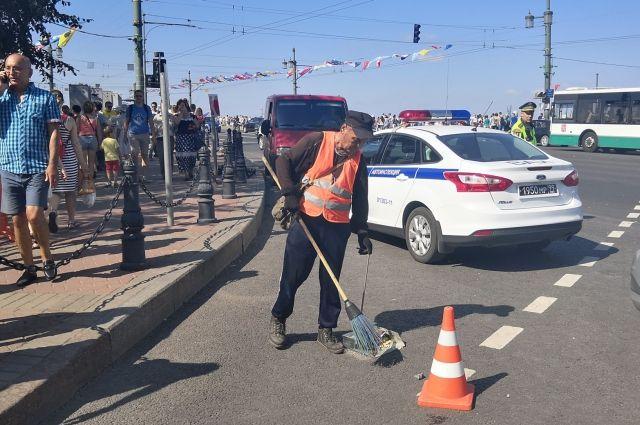 ВПетербурге дорожники завершили уборку после Дня ВМФ