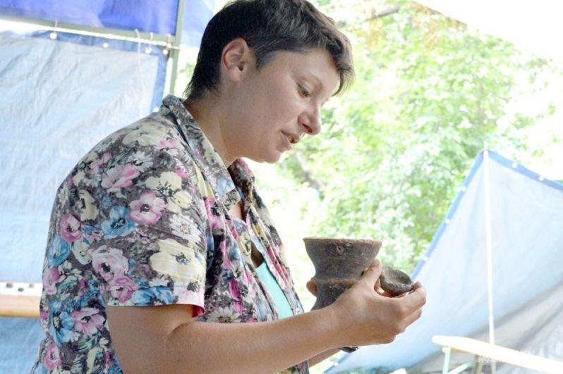 Заместитель руководителя Опушкинской экспедиции Анастасия Стоянова демонстрирует керамическую курильницу — это не частая находка