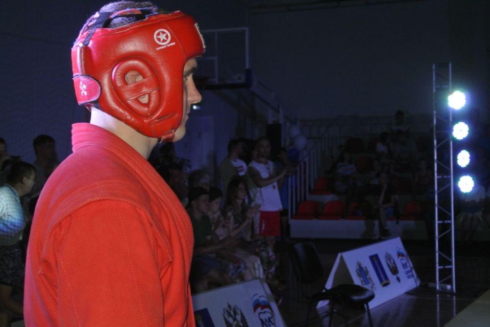 Участник пятого по счету боя по правилам боевого самбо