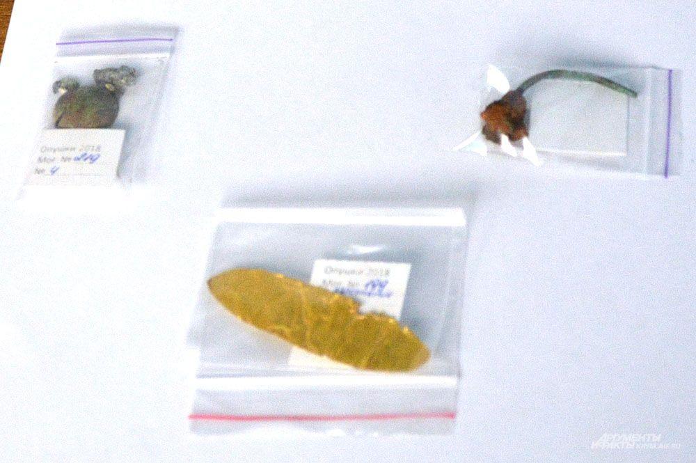 А вот и золото: кусочки золотой фольги использовали в погребальных обрядах древние греки. А этот кусочек как-то оказался на варварском могильнике