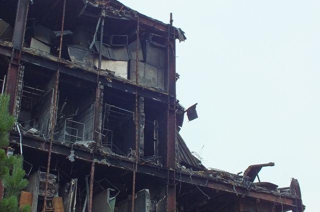 19 июля к сносу сгоревшего здания приступила тяжелая техника.