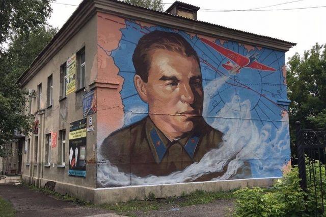 Портрет Чкалова появился на фасаде дома №8 одноименной улицы.