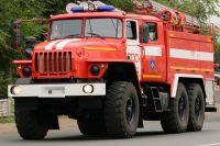 В Орске ночью 6 пожарных тушили подожженный автомобиль.