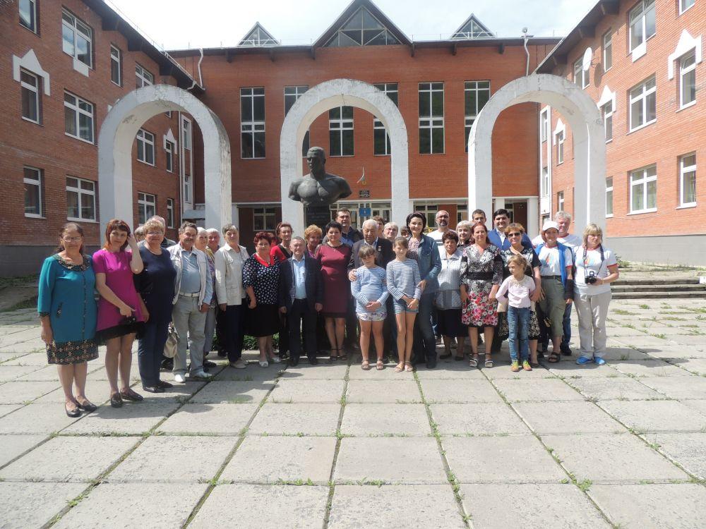 Фото на память с земляками Ярыгина, возле памятника спортсмену.
