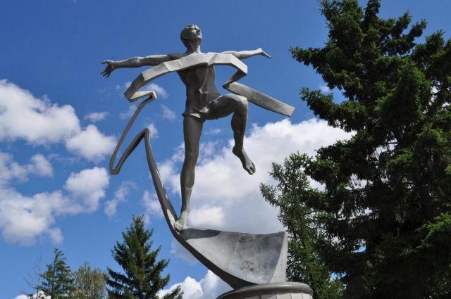 Скульптура уже один из символов Омска.