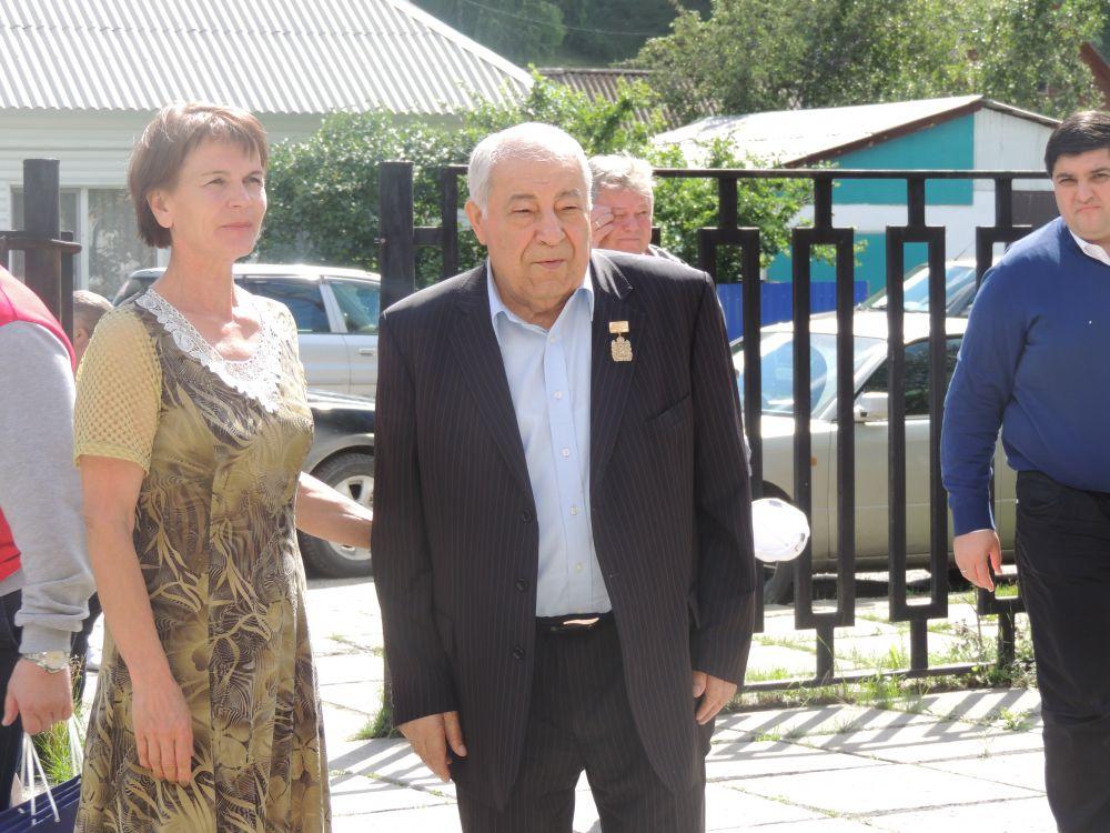 Дмитрий Миндиашвили и директор музея Ивана Ярыгина, сестра спортсмена Любовь Акулич.