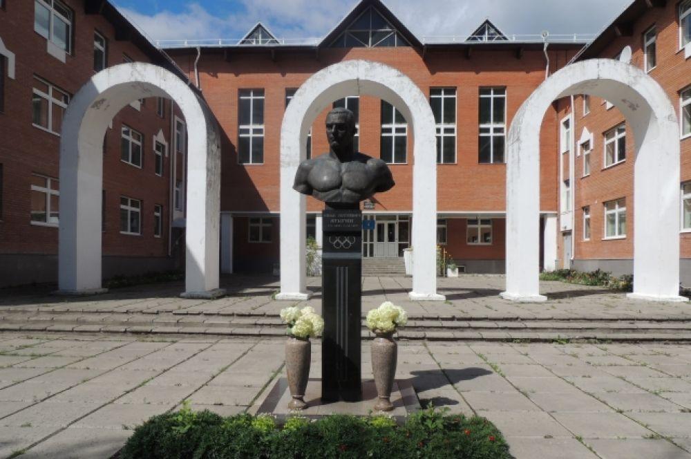 Памятник Ярыгину во дворе школы.