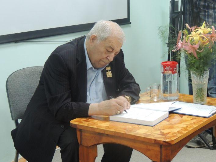 В подарок сельчанам Миндиашвили привез свои книги и подписал несколько экземпляров.