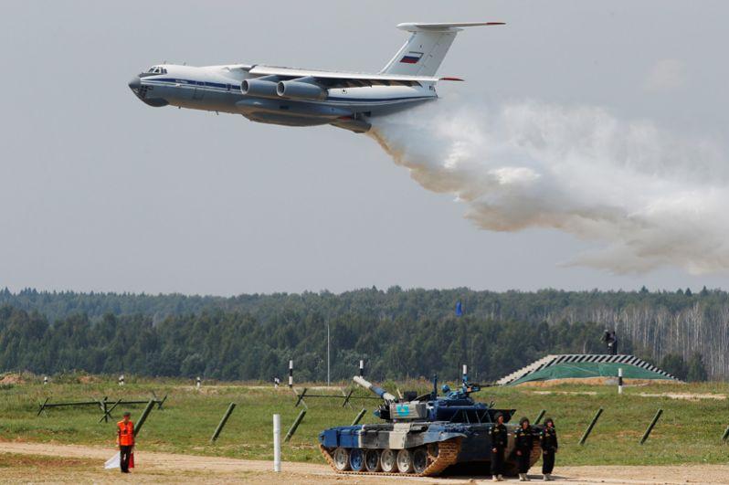 Российский самолет Ил-76 во время церемонии открытия Армейских международных игр в подмосковном Алабино.