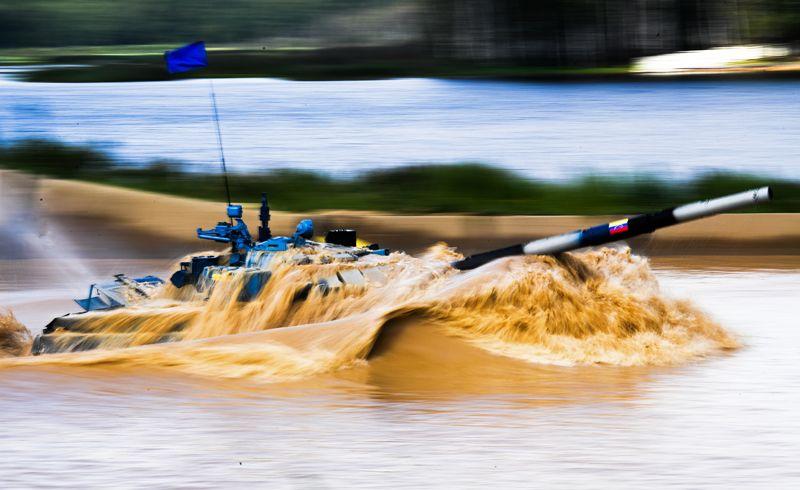 Танк команды армии Венесуэлы в индивидуальной гонке международных соревнований «Танковый биатлон» на подмосковном полигоне «Алабино».