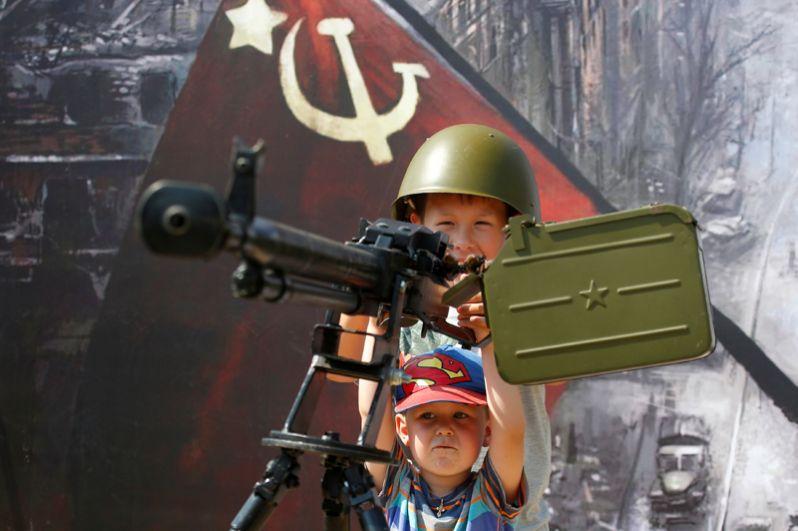 Дети играют с оружием советской эпохи во время Армейских международных игр в подмосковном Алабино.