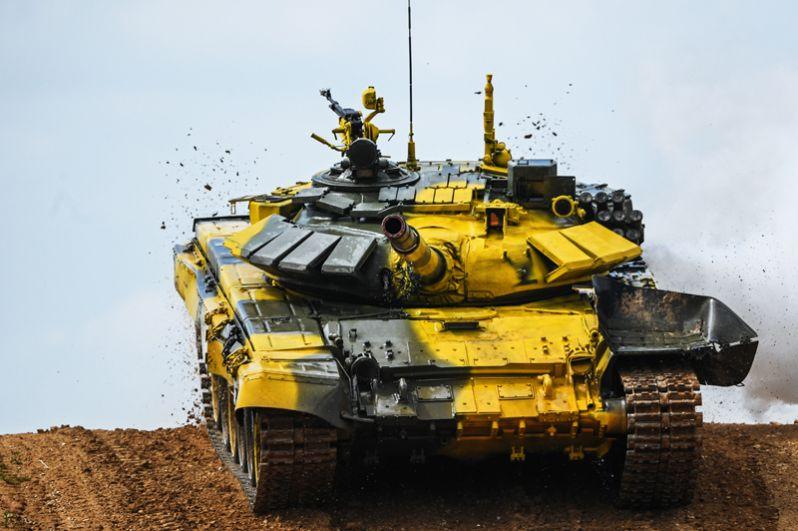 Танк команды армии Анголы в индивидуальной гонке международных соревнований «Танковый биатлон» на подмосковном полигоне «Алабино».