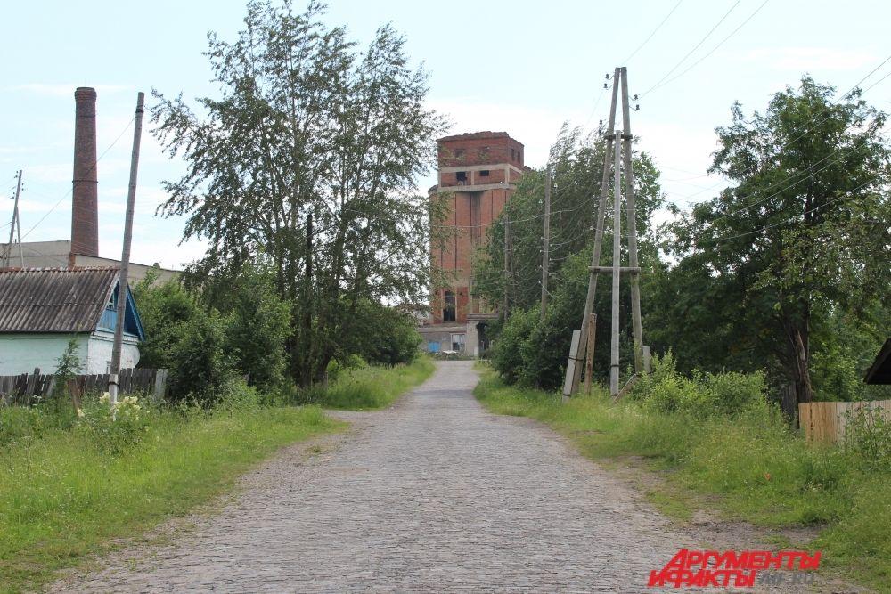 Дорога к комплексу заброшенных зданий.