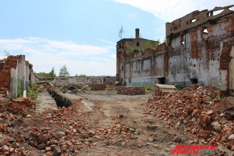 Некоторые постройки почти превратились в горы кирпичей.