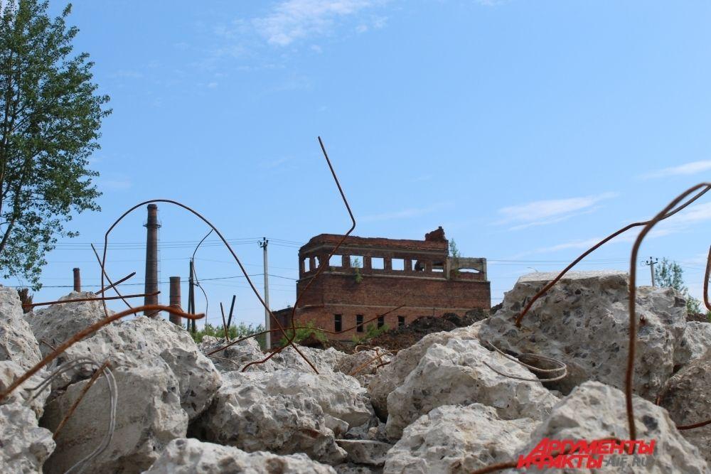 На подходе к бывшей фабрике - горы арматуры и бетона.