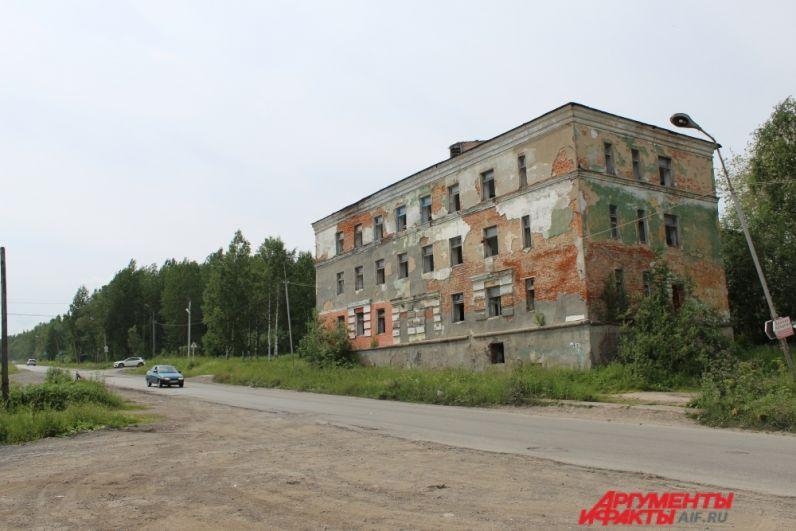 Здание стоит на перекрёстке улиц Советской и Народной памяти.