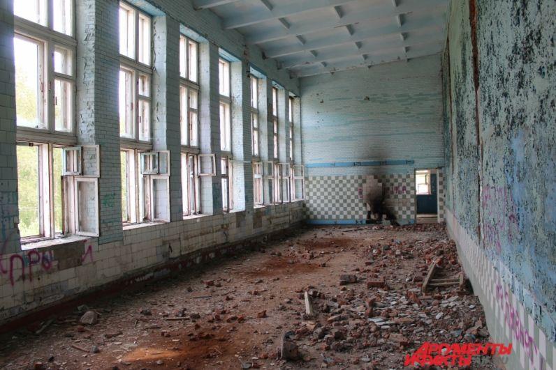 Крошка из кирпичей и граффити на стене - всё, что осталось от бывшего спортивного объекта.