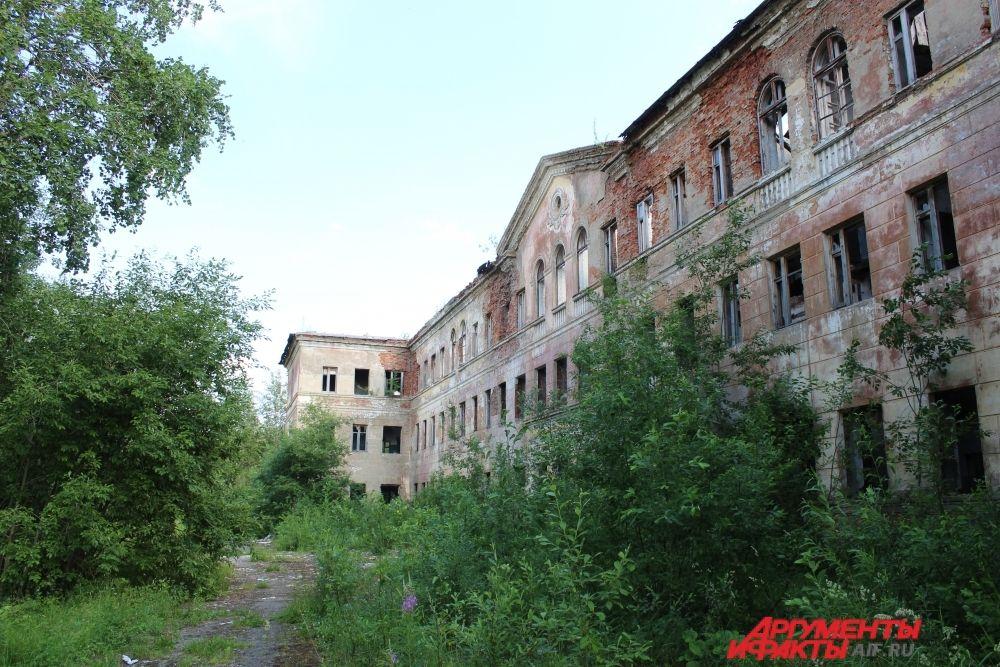 Крыша бывшей больницы обрушилась, стёкла в окнах давно выбиты.