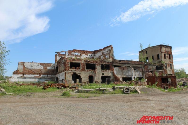 Здание бывшей центральной обогатительной фабрики.