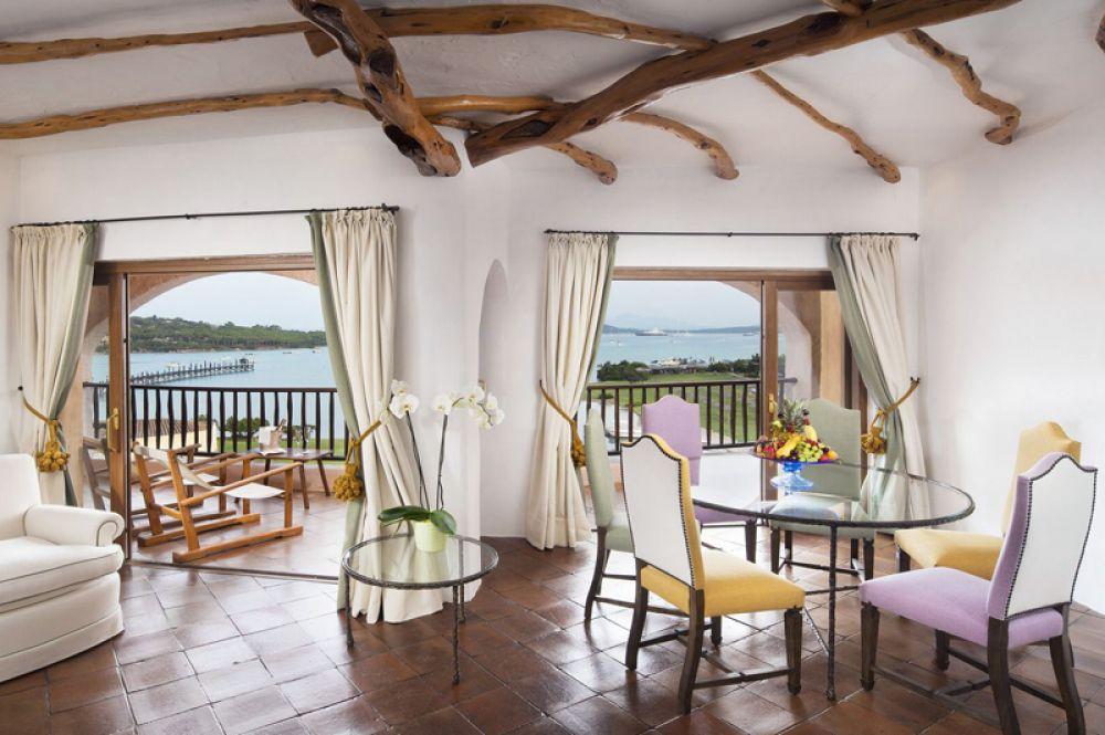 Penthouse Suite, Hotel Cala Di Volpe, Сардиния — 41 177 долларов за ночь. Расположенный на Изумрудном побережье Сардинии, где предпочитают отдыхать богатейшие люди мира, отель Cala di Volpe предлагает гостям люкс с тремя спальнями, двумя гостиными и винным погребом.
